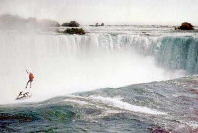 Rescatan un hombre a punto de caer por la cascada de las Cataratas del Niágara