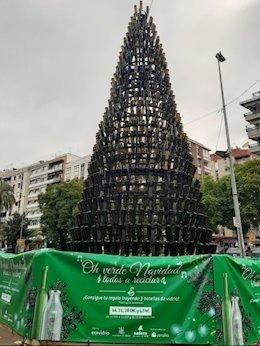 Oh verde Navidad: el árbol navideño hecho con botellas de vidrio para concienciar sobre el reciclaje