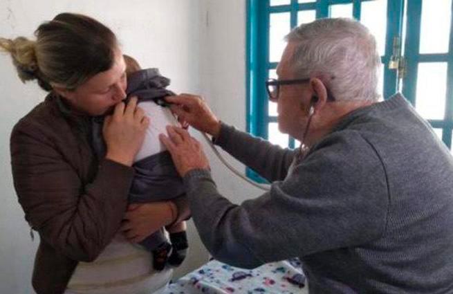 A sus 92 años, un pediatra atiende a niños sin recursos de forma gratuita