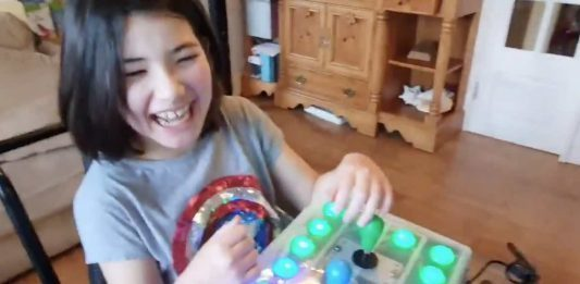 Un padre adapta el mando de la Nintendo Switch a su hija con paraplejía