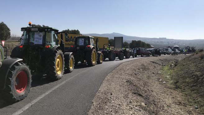 Más de 5.000 tractores manejados por agricultores y ganaderos cordobeses colapsan la A-45