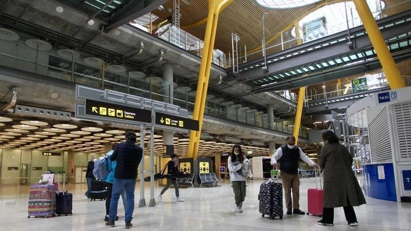 España recibe a sus primeros visitantes tras reapertura de fronteras