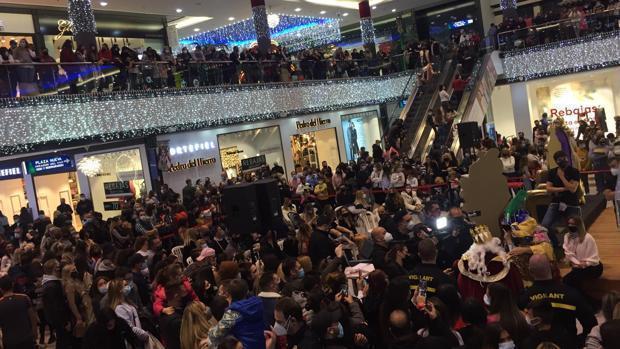 """Un centro comercial de Marbella es desalojado por """"exceso de aforo"""" para ver a Omar Montes y Kiko Rivera como Reyes Magos"""